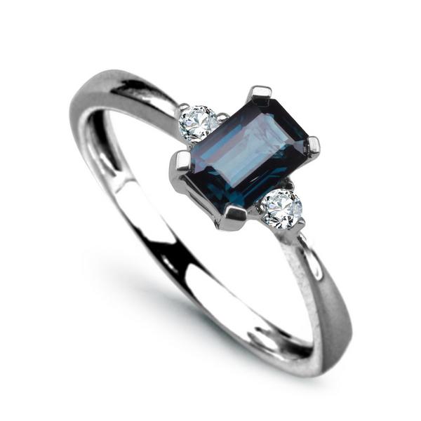 Zlatý prsten s 2 brilianty a safírem bílé zlato Au 0 1f4b44b21f8